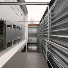 三島の家: 前田篤伸建築都市設計事務所が手掛けたベランダです。