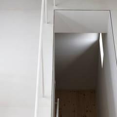 Escaleras de estilo  por 前田篤伸建築都市設計事務所
