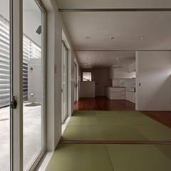 三島の家: 前田篤伸建築都市設計事務所が手掛けた寝室です。