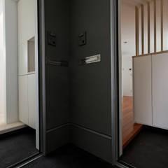 三島の家: 前田篤伸建築都市設計事務所が手掛けた廊下 & 玄関です。