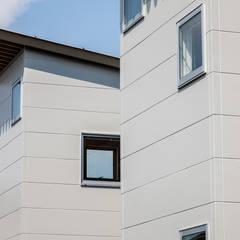 谷田の家: 前田篤伸建築都市設計事務所が手掛けた樹脂サッシです。