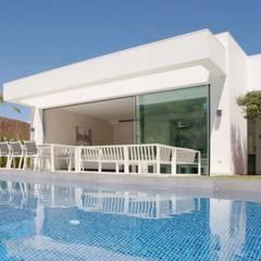 Residencial Naranjo: Piscinas de estilo  de 2J Arquitectura
