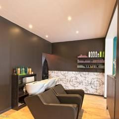 L'Atelier Salon de coiffure - espace shampoing: Locaux commerciaux & Magasins de style  par ATDECO