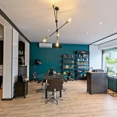 L'Atelier salon de coiffure - accueil: Locaux commerciaux & Magasins de style  par ATDECO