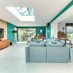 Une extension d'architecte aménagée et décorée: Salon de style de style Moderne par ATDECO