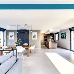 Une extension d'architecte aménagée et décorée: Salle à manger de style de style Moderne par ATDECO