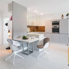 Hint of white&wood: styl , w kategorii Kuchnia na wymiar zaprojektowany przez Grupa Interio