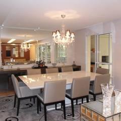 Apartamento em Perdizes: Salas de jantar clássicas por Clinica DECORação