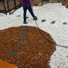 Jardines con piedras de estilo  por Globo Natural