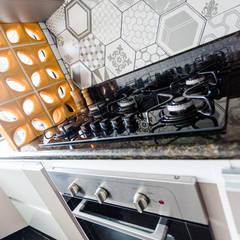 Pia de cozinha com cooktop: Cozinhas embutidas  por Arquit&thai