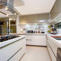 Armarios de cocinas de estilo  por RI Arquitetura,