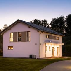 Außenansicht Giebelseite mit Wechselfassade aus weißem Putz und Holzverschalung:  Fertighaus von FingerHaus GmbH
