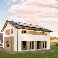 Außenansicht mit bodentiefen Fenstern und Rechteckerker. :  Fertighaus von FingerHaus GmbH