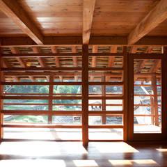 Casa Walser: Camera da letto in stile  di auge architetti
