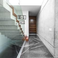 Casa Al Villa: Pasillos y recibidores de estilo  por TaAG Arquitectura