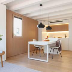 Mini apartamento en Gran de Gracia: Comedores de estilo  de YLAB Arquitectos