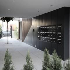 Espaço de entrada no empreendimento: Habitações multifamiliares  por OGGOstudioarchitects, unipessoal lda
