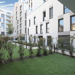Edifício de habitação colectiva Le Carnot: Habitações multifamiliares  por OGGOstudioarchitects, unipessoal lda