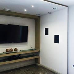 Area de espera y recibidor: Pasillos y recibidores de estilo  por Artiphise