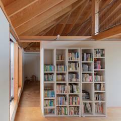二階寝室からロフトをみる: 千田建築設計が手掛けた寝室です。