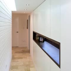 Apartamento en Chulavista: Pasillos y vestíbulos de estilo  por RRA Arquitectura, Minimalista Ladrillos