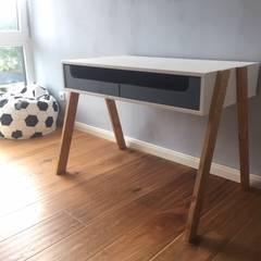 Schreibtisch von Stilholz Pioch: skandinavische Kinderzimmer von Stilholz Pioch