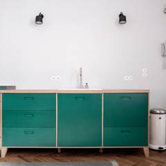 Cozinhas embutidas  por Loft Kolasiński