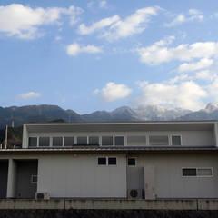 山沿いの家: 長井建築設計室が手掛けた一戸建て住宅です。