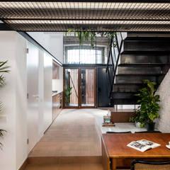 : Pasillos y vestíbulos de estilo  de CRÜ studio