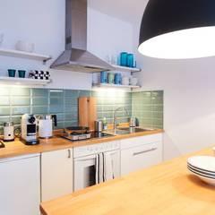 Klein und fein mit einem Rundum sorglos Wohn-Paket - Möbliertes Appartement für Relocation Zwecke:  Esszimmer von Tschangizian Home Staging & Redesign,