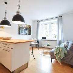 Klein und fein mit einem Rundum sorglos Wohn-Paket - Möbliertes Appartement für Relocation Zwecke:  Wohnzimmer von Tschangizian Home Staging & Redesign
