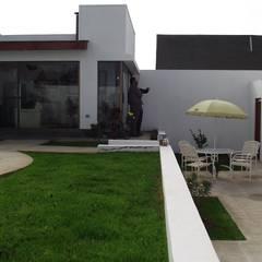 Jardines en la fachada de estilo  por Territorio Arquitectura y Construccion