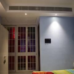 Master Bedroom:  Bedroom by InDeCo