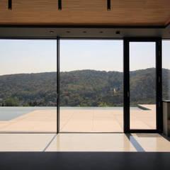 Blick aus der Küche: minimalistische Esszimmer von Architekt Zoran Bodrozic