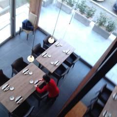 RISTORANTE ASIATICO: Sala da pranzo in stile  di ASCARI I FALEGNAMI