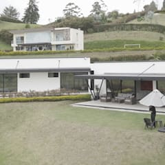 Casa Pradera: Casas campestres de estilo  por Andrés Hincapíe Arquitectos  A H A