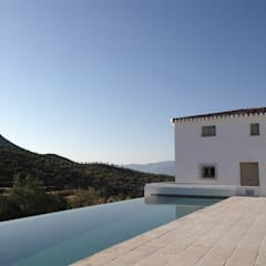 Infinity pool by ÁVILA ARQUITECTOS, Country Tiles