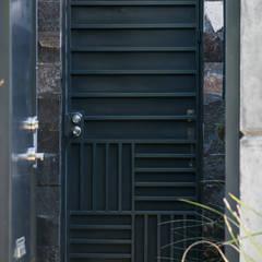 Puertas principales de estilo  por GPro - Gabinete de Proyectos