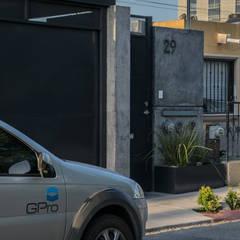 Nhà có sân thượng by GPro - Gabinete de Proyectos