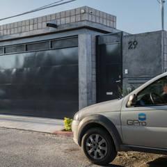 Fachada principal: Casas de estilo ecléctico por GPro - Gabinete de Proyectos
