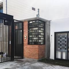Caseta de ingreso Espacio 13: Conjunto residencial de estilo  por Trignum Arquitectura