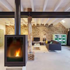 Woonboerderij: moderne Woonkamer door Richèl Lubbers Architecten