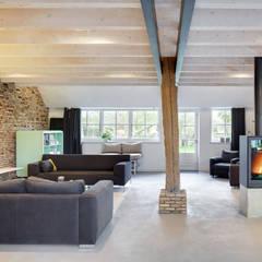 Woonboerderij:  Woonkamer door Richèl Lubbers Architecten
