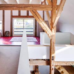Woonboerderij:  Gang en hal door Richèl Lubbers Architecten