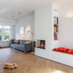 Van top tot teen:  Woonkamer door Richèl Lubbers Architecten