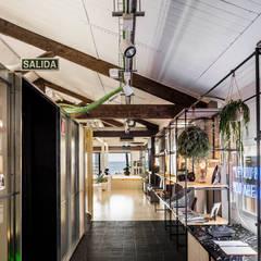 : Espacios comerciales de estilo  de CRÜ studio