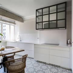Diseño y reforma integral de una vivienda de 70 años en A Coruña: Cocinas integrales de estilo  de Imaisdé Design Studio
