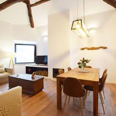Salas / recibidores de estilo rústico por METRIA
