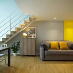 Piccolo Loft: Soggiorno in stile in stile Moderno di studio Agostoni e Sallemi