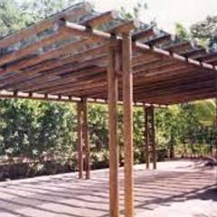 PERGOLAS EN AMDERA : Terrazas de estilo  por TECAS Y MADERAS DE COLOMBIA SAS